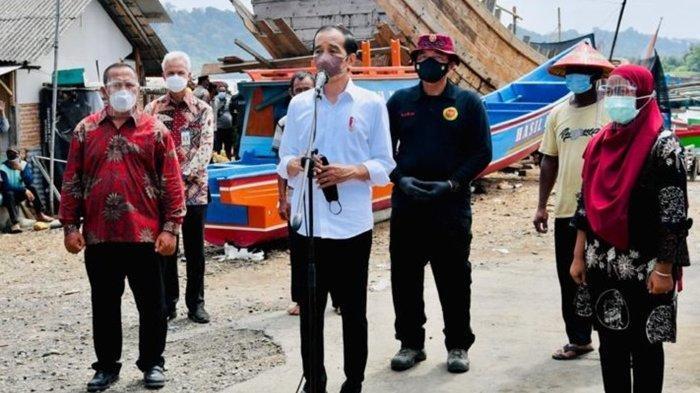 Tinjau Vaksinasi di Kampung Nelayan Sentolokawat, Jokowi dan Ganjar Diburu Warga untuk Swafoto