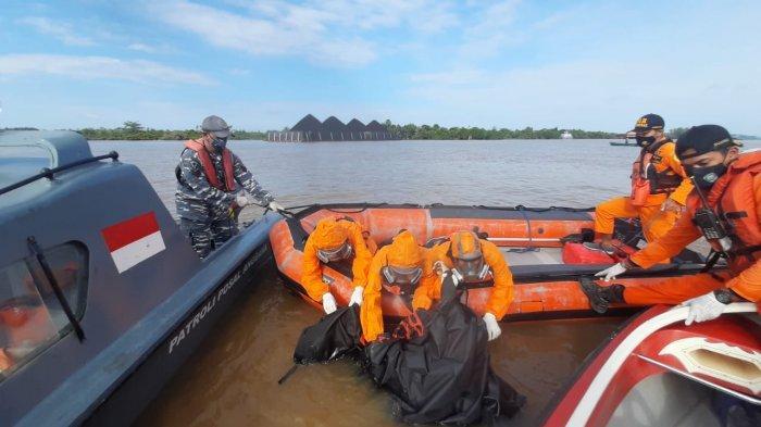 Evakuasi jasad Ari (40), korban tenggelam dan menghilang sejak Senin (19/4/2021) lalu. Jasadnya ditemukan sudah tak bernyawa sekitar 1 kilometer dari titiknya menghilang hari ini (21/4/2021). HO/ Basarnas Kaltim (HO/ Basarnas Kaltim)