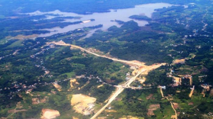 Inilah proyek pembangunan jalan tol Balikpapan-Samarinda yang memotong kawasan Tahura Bukit Soeharto, juga kawasan waduk Manggar. Di jalur ini pula rel kereta api akan dibangun.