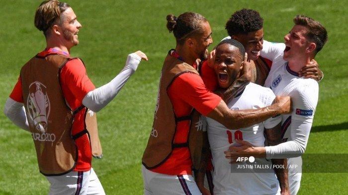 Raheem Sterling merayakan dengan rekan satu timnya setelah mencetak gol pertama tim selama pertandingan sepak bola Grup D UEFA EURO 2020 antara Inggris dan Kroasia