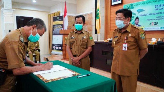 KERJASAMA : Pjs Bupati Berau, M Ramadhan menyaksikan penandatanganan perjanjian kerjasama Disdukcapil Berau bersama camat, kepala kampung, OPD terkait serta pelaku uaha.