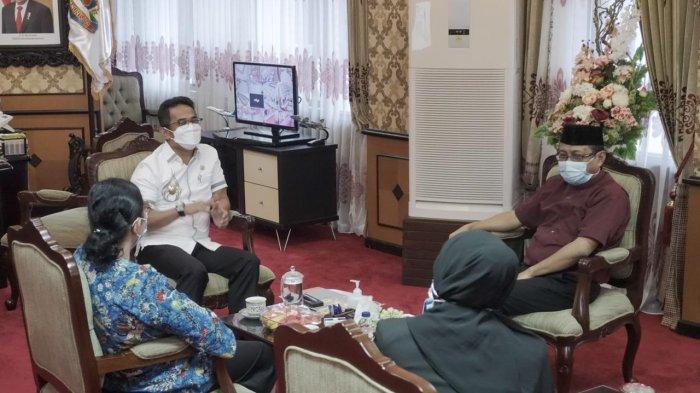 SILATURAHMI - Rektor Uniba Dr.Isradi Zainal bersama tim saat bersilaturahmi dengan Wakil Walikota Balikpapan Rahmad Masud.