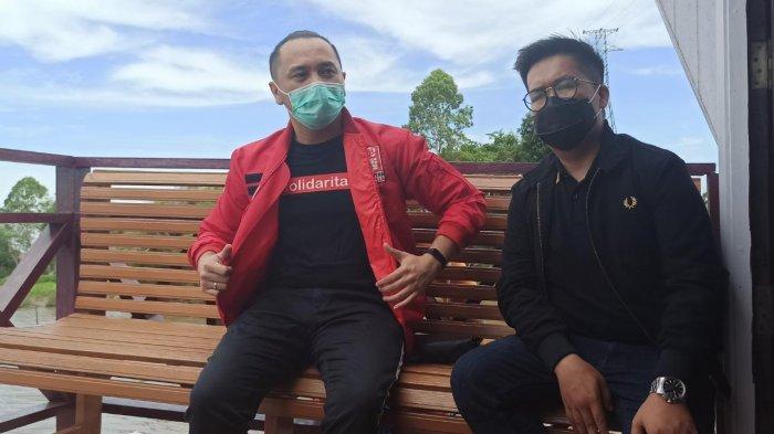 Plt Ketum PSI Giring Ganesha (kiri) bersama Rendi Solihin di atas Kapal Queen Orca Houseboat, Tenggarong, Kutai Kartanegara, Provinsi Kalimantan Timur pada Minggu, (15/11/2020). TRIBUNKALTIM.CO/SAPRI MAULANA