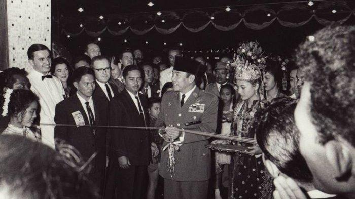 Raja & Ratu Fiktif, Presiden Soekarno Pernah Tertipu Pasangan Tukang Becak dan Perempuan Penghibur
