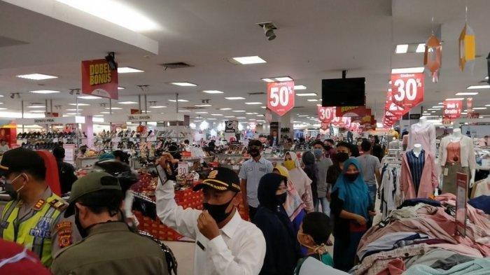 Lagi Asyik Belanja Baju Lebaran, Ribuan Pengunjung Akhirnya Berhamburan, Dibubarkan Paksa Petugas
