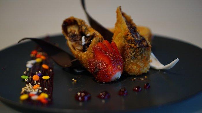 Nikmatnya Lelehan Cokelat & Gurihnya Keju Risol Banana Chocolate With Cheese ala De Cafe Balikpapan
