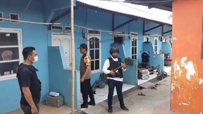 Densus 88 Geledah Rumah Kontrakan Terduga Teroris di Bekasi, Bongkar Buku-buku di Lemari