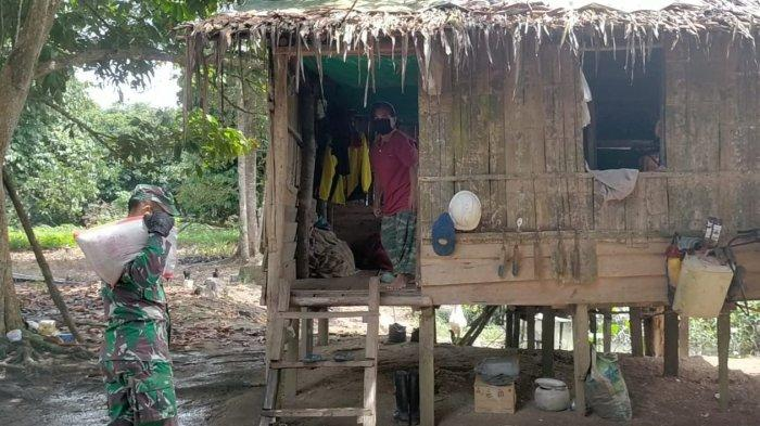 Koramil 01/TGR Kukar Kunjungi Rumah Warga Terdampak Covid-19, Bagikan Paket Sembako