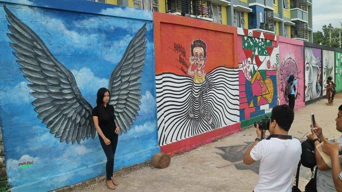 Destinasi wisata baru di Balikpapan, Rumah Warna Warni Teluk Seribu di Jalan Mulawarman, Balikpapan Timur. Lukisan tiga dimensi menarik perhatian masyarakat untuk selfie maupun wefie.