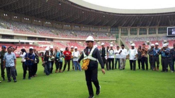 Menpora Imam Nahrawi saat menjajal rumput Stadion Papua Bangkit, Sentani, Papua, Jumat (21/6/2019).