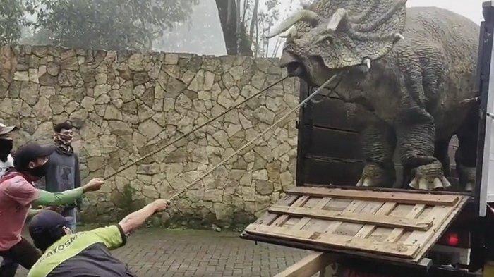 HEBOH Seekor Dinosaurus Turun dari Truk di Magetan dan Tampak harus Dijinakkan, Ini Fakta Sebenarnya
