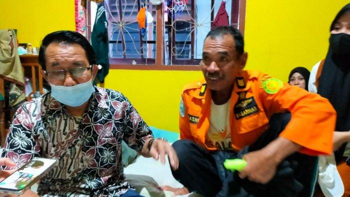 Salam Candra (mengenakan baju oranye milik tim SAR) saat diwawancarai TribunKaltara.com di kediamannya di RT 7 Kelurahan Lingkas Ujung, Minggu (2/5/2021). TRIBUNKALTARA.COM/ ANDI PAUSIAH