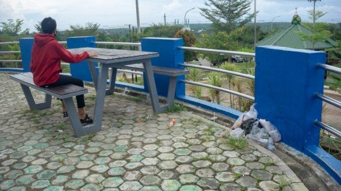 Sampah yang berceceran lokasi wisata di Taman Bukit Pandang Indah Kawasan Pemerintahan Bukit Pelangi, Kecamatan Sangatta Utara, Kabupaten Kutai Timur. Foto diambil, Minggu 16 Mei 2021 pukul 13.24 WITA.