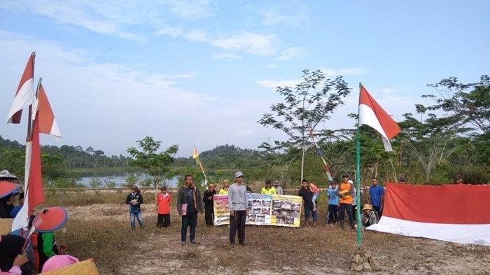 Rayakan HUT Kemerdekaan RI, Warga Sangasanga Ritual Lempar Tanah ke Lubang Tambang