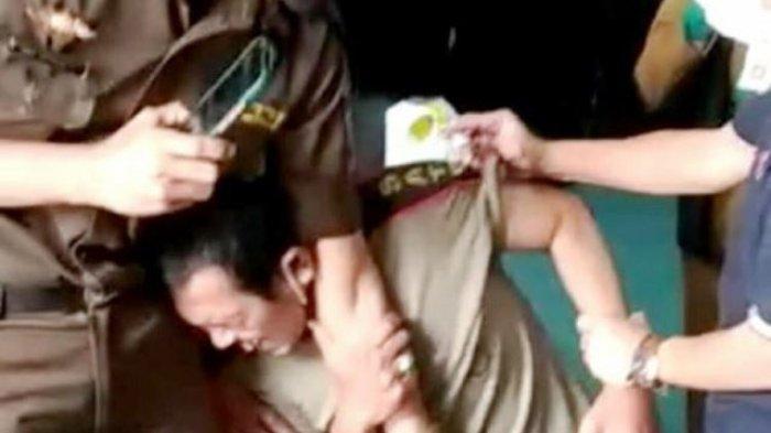 Anggota Satpol PP Teriak Histeris Lihat Jarum Suntik, Terpaksa Diseret Saat akan Divaksin Corona