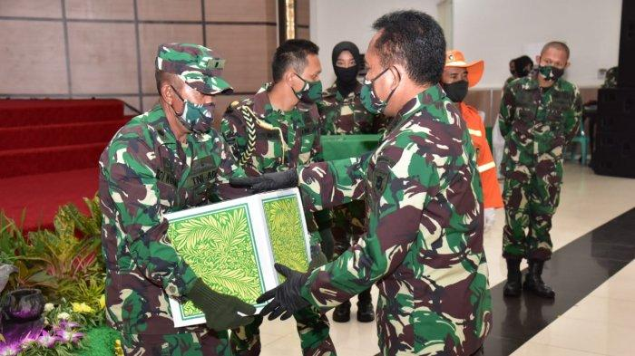 Pangdam VI Mulawarman Mayjen TNI Subiyanto Bagikan 2.700 Paket Sembako Kepada Prajurit & Anak Yatim