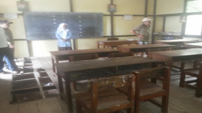 Lantai Sekolah Jebol, Guru Mengajar Sebulan Sekali lantaran Transport Mahal