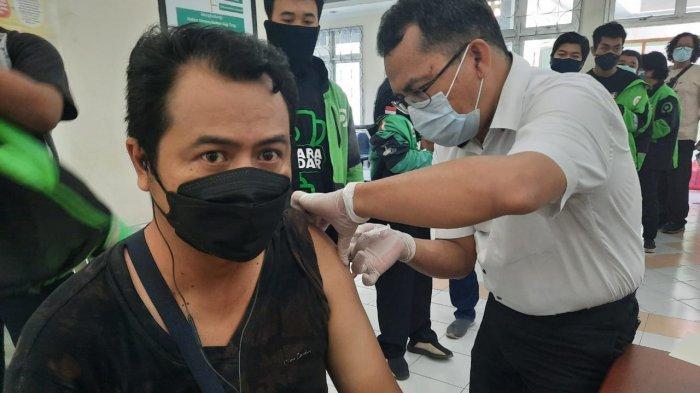 Gojek dan Unmul Gelar Vaksinasi Massal, Klaim 100 Ribu Mitra Telah Divaksin