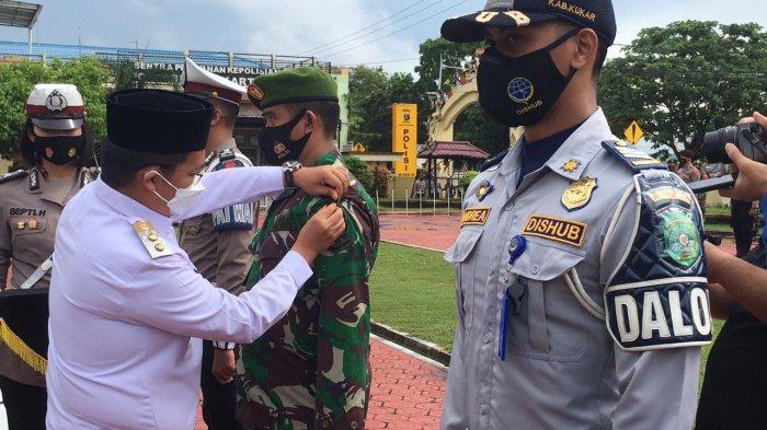 Wabup Kukar Rendi Solihin saat menyematkan secara simbolis tanda petugas kepada personel Operasi Ketupat Mahakam 2021. TRIBUNKALTIM.CO, ARIS JONI
