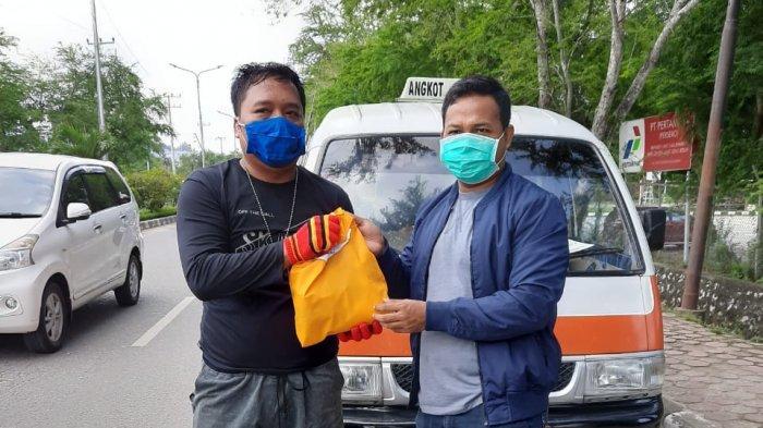 Bantu Warga Terdampak Pandemi Corona, LKBH Uniba Beri Paket Sembako ke Sopir Angkot Balikpapan