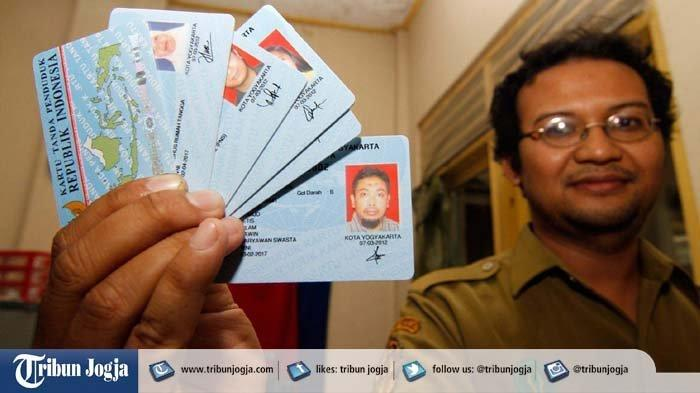 ILUSTRASI - Seorang petugas menunjukkan kartu tanda penduduk elektronik (e-KTP) yang akan diverifikasi di kantor Kecamatan Jetis, Jalan Diponegoro, Yogyakarta, Senin (25/06/2012).