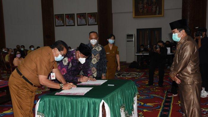 Jabatan Berakhir, Bupati FX Yapan Serahkan Dokumen LKPj pada Sekkab Ayonius Selaku Plh Bupati Kubar