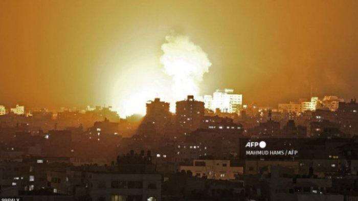 Bola api muncul dari serangan udara Israel di Jalur Gaza, yang dikendalikan milisi Hamas pada 10 Mei 2021.