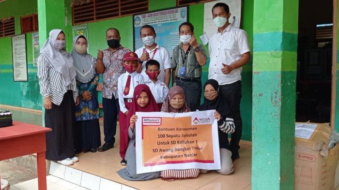 Donasi Konsumen Alfamart, Siswa SDN Banjar Ini tak Sabar Melangkah ke Sekolah dengan Sepatu Baru