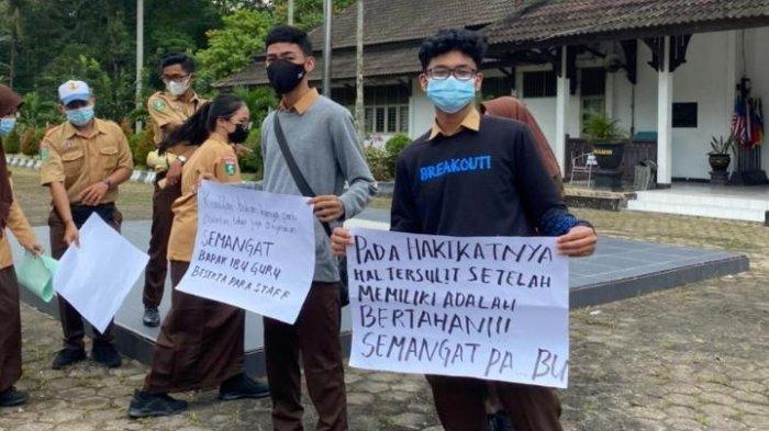 Siswa SMAN 10 Samarinda turun ke jalan untuk menyemangati guru dan staff mereka di Jalan HAM Rifaddin, Kelurahan Harapan Baru, Kecamatan Loa Janan Ilir, Samarinda, Jumat (11/6/2021). TRIBUNKALTIM.CO, RITA LAVENIA