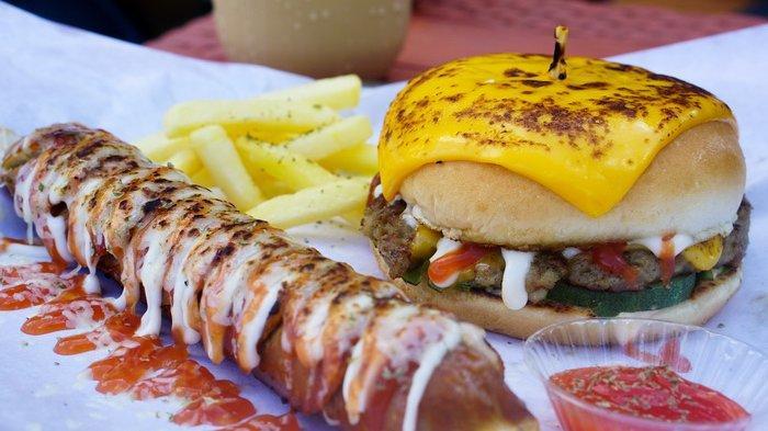 Nikmatnya Sosis Jumbo Cheese Original ala Stasiun Sosis, Ukurannya Gede, Rasanya Gurih & Crunchy!