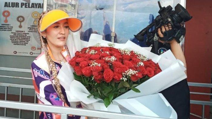 SOSOK Indah Sari yang Jemput Saipul Jamil Pakai Mobil Porsche Merah dan Berikan Kalungan Bunga