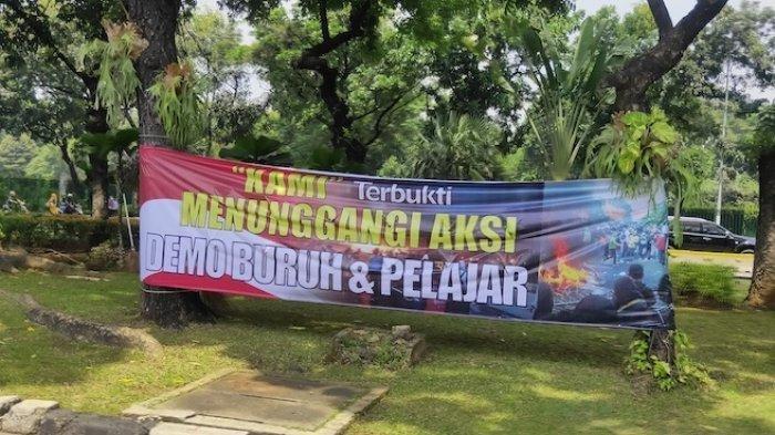 Sekitar Kantor Mahfud MD Terpasang Spanduk Sudutkan Ormas Eks Panglima TNI, Disebut Jadi Dalang Demo