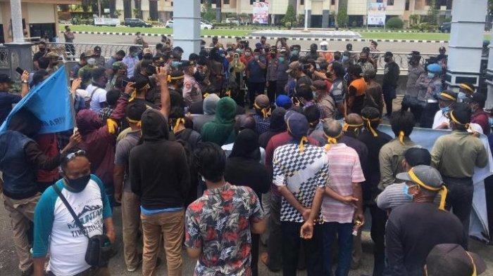 Bupati Sri Juniarsih menemui masyarakat Kampung Gunung Sari yang melakukan unjuk rasa di halaman Pemkab Berau, Jumat (11/6/2021). TRIBUNKALTIM.CO, RENATA ANDINI