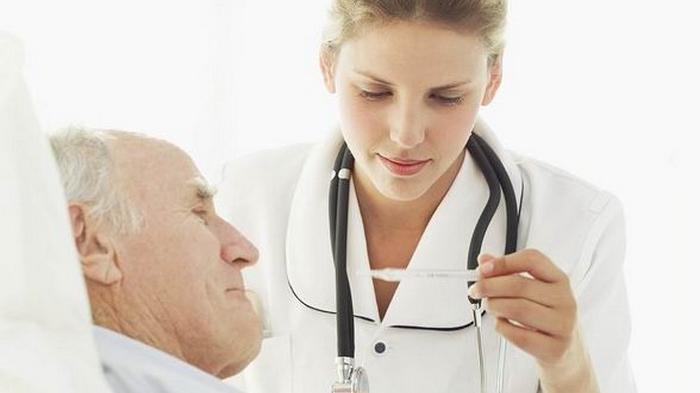 Dokter Memeriksa Pasien Stroke