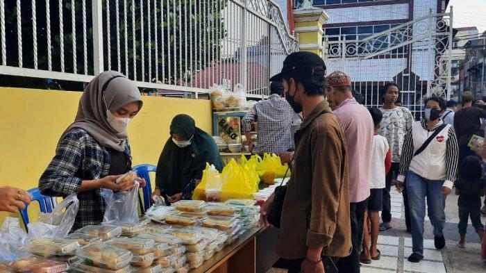 DPD Golkar Kaltim Berbagi Takjil, Makanan Dibeli dari UMKM