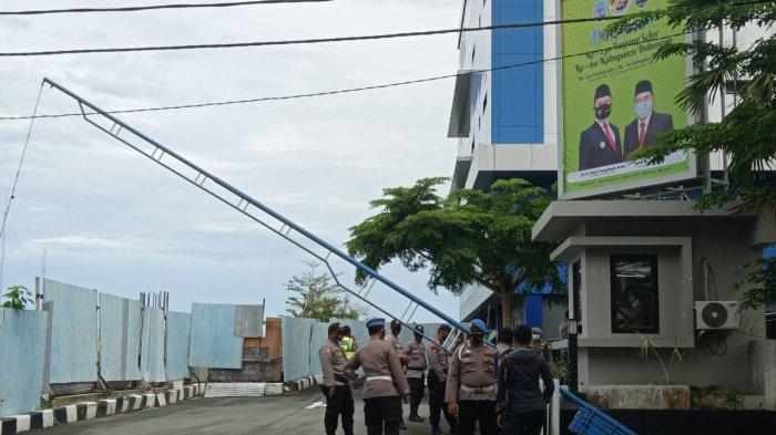 BREAKING NEWS Mahasiswa akan Sampaikan Aspirasi, Kantor Gubernur Kaltara Dijaga Polisi