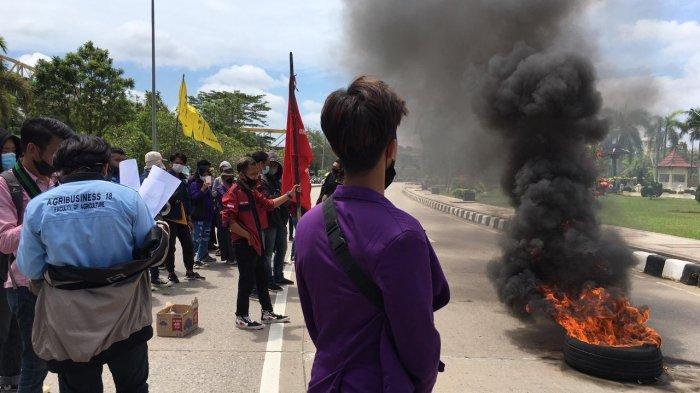 Bakar Ban, Demo Mahasiswa di Depan Kantor Bupati Kukar Ricuh, Massa dan Petugas Terlibat Cekcok