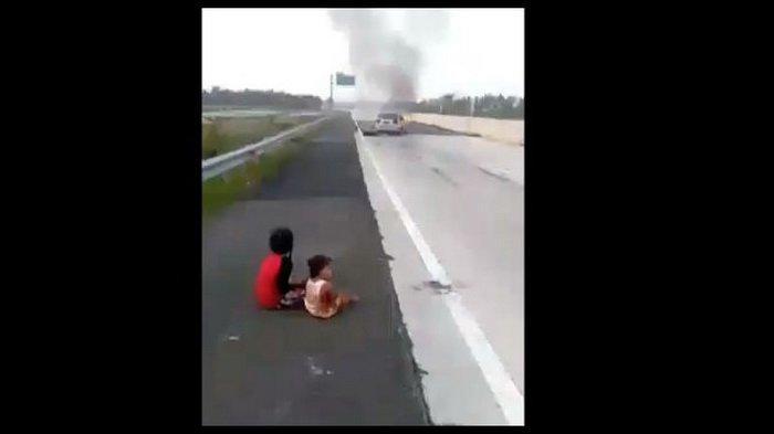 Tangis Pilu 2 Bocah Selamat Kecelakaan Tol Lampung, Duduk di Pinggir Jalan,4 Keluarganya Tewas