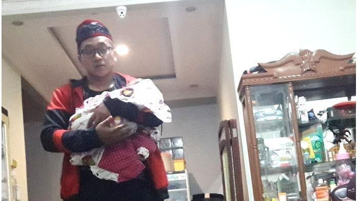 Teddy Gendong Bayinya Datangi Mapolrestabes Bandung Untuk Dengarkan Pengumuman Hasil Autopsi Lina