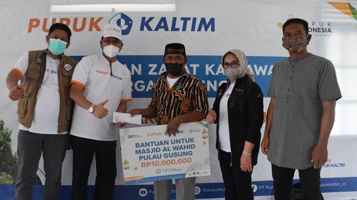 Tebar Manfaat Zakat, UPZ Pupuk Kaltim Salurkan Paket Sembako dan Bantuan Kesehatan bagi Warga Gusung