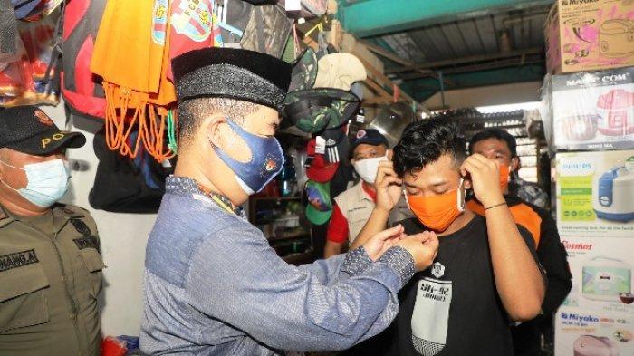Sosialisasi Protokol Kesehatan, Pjs Gubernur Teguh Bagikan Masker di Pasar Induk Tanjung Selor
