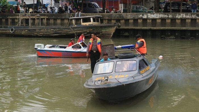 BREAKING NEWS - Sempat Dikira Copet, Pasien Diduga ODGJ Menceburkan Diri ke Sungai Karang Mumus