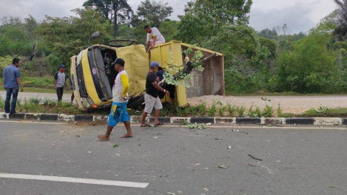 Kecelakaan Lalu Lintas di Bontang Lestari, Truk Angkutan Pasir Terbalik di Median Jalan