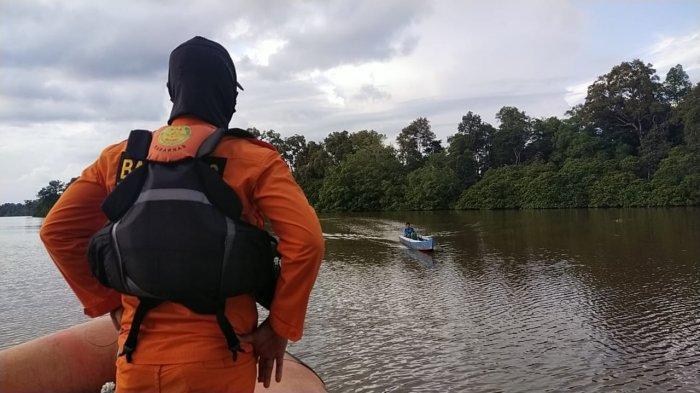 Masih tersisa satu penumpang belum ditemukan, personel Kansar Tarakan kembali melakukan pencarian di hari kedua terbaliknya speedboat Riyan di perairan Nunukan. HO/SAR TARAKAN (HO/SAR TARAKAN)