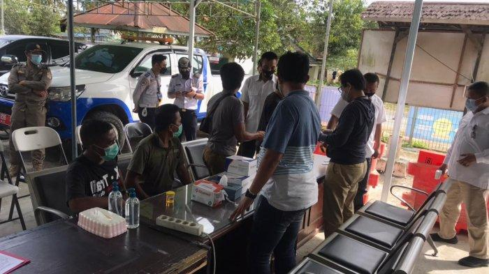 Polisi Periksa Urine Pengendara di Pos Penyekatan KM 17 Balikpapan, Satu Orang Positif Amphetamine