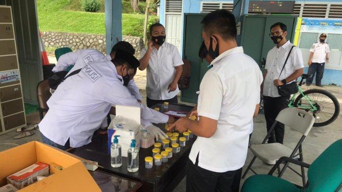 Situasi pemeriksaan urine di Pos Penyekatan KM 17, Kelurahan Karang Joang, Balikpapan Utara. HO Satresnarkoba Polresta Balikpapan.