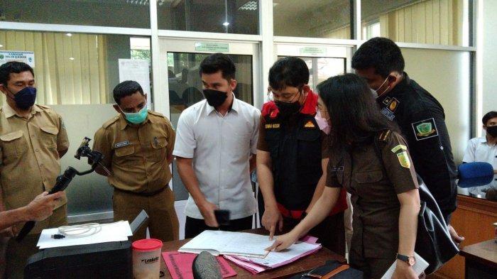 Tim Penyidik Kejari Obok-Obok Kantor Disdikbud danDPMPTSPKubar, Bawa 3 Dus Berkas
