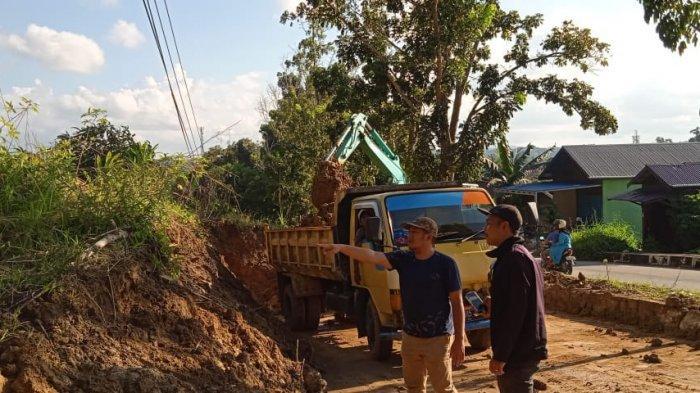 Dinas PU Kukar Turunkan TRC Angkut Material Longsor di Jalan Ahmad Yani Tenggarong