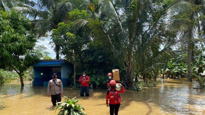 PMI Berau Turunkan Tim Bantu Korban Banjir, Salurkan Air Bersih dan Pengobatan Gratis