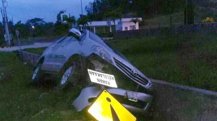 Mobil Tabrak Rambu Rawan Kecelakaan, Begini Nasibnya. . .